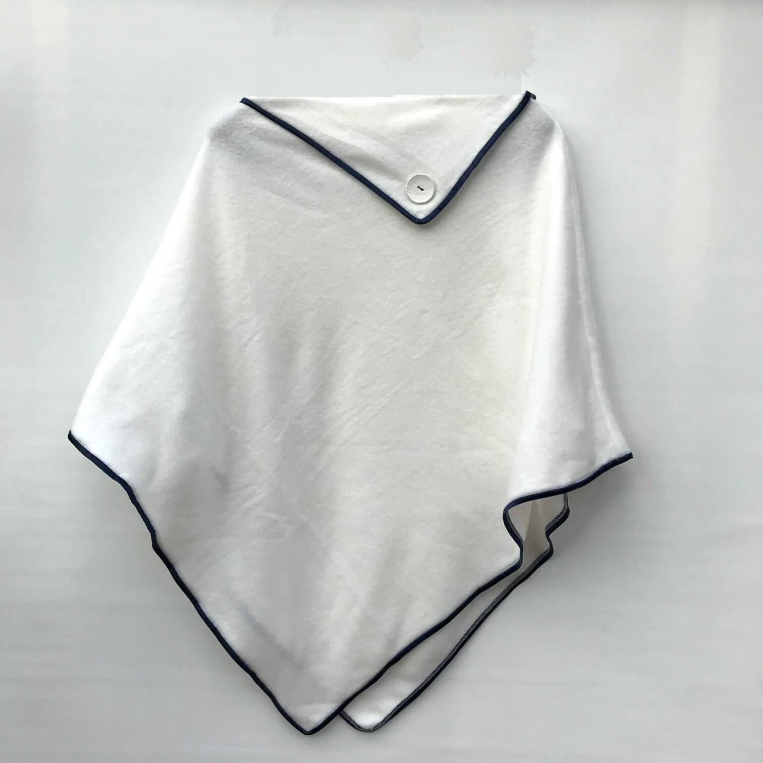 angesagter Poncho in weiß