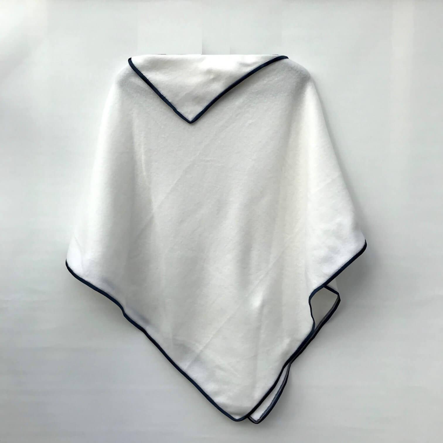 weißer Poncho hinten